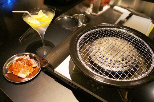 Viande à faire griller et lemon sour au Karasuma Bar Yokocho, Kyoto, Japon