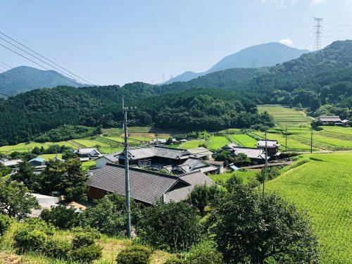 Village au pied des rizières de Toon, préfecture d'Ehime, Japon