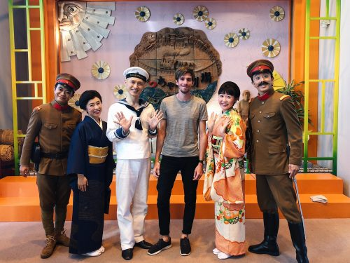 Photo souvenir avec les acteurs du théâtre Botchan de la ville de Toon, préfecture d'Ehime, Japon