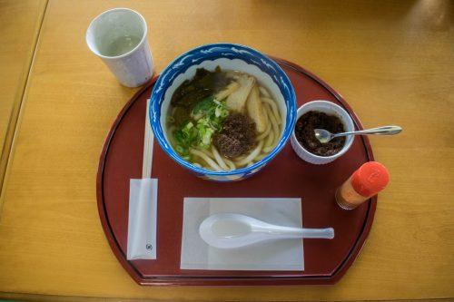 Bol de udon aux ingrédients locaux sur l'île d'Ohnyujima, préfecture d'Oita, Japon