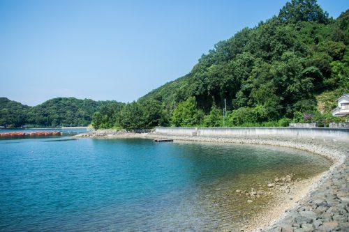 L'eau turquoise de la mer sur l'île d'Ohnyujima, préfecture d'Oita, Japon