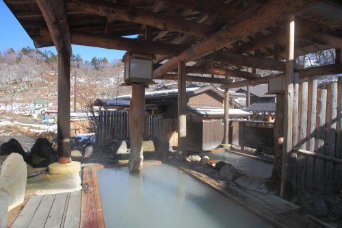 Bain chaud dans la ville thermale de Doroyu Onsen près de Yuzawa, préfecture d'Akita, Japon