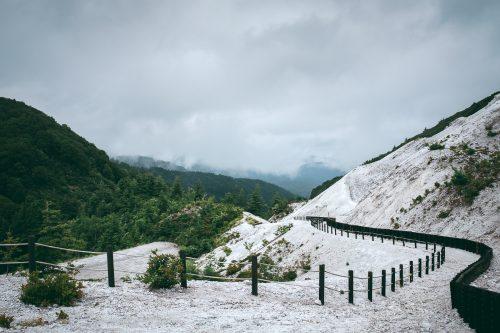En redescendant du Kawarage Jigoku près de Yuzawa, préfecture d'Akita, Japon