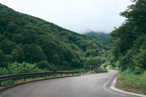 Les montagnes entourant Yuzawa, préfecture d'Akita, Japon