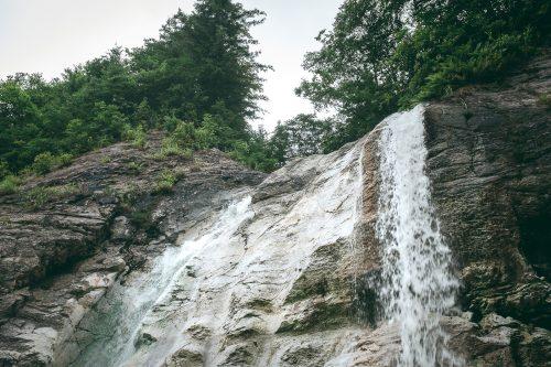 La cascade Kawarage Oyutaki près de Yuzawa, préfecture d'Akita, Japon