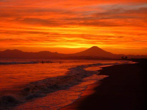 Coucher de soleil sur le Mont Fuji depuis la plage d'Enoshima, près de Tokyo, Japon