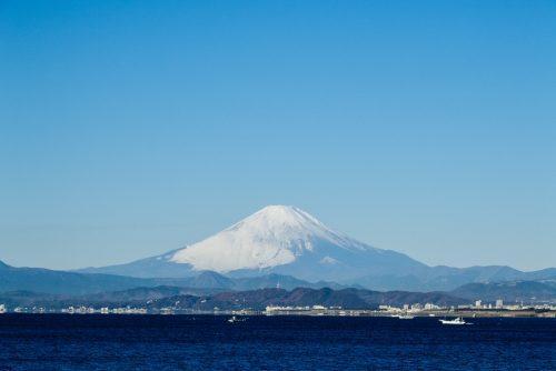 Le Mont Fuji depuis la plage d'Enoshima, près de Tokyo, Japon