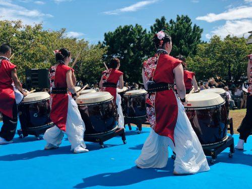 Performance de wa-daiko lors du festival d'ouverture de la coupe du monde de voile à Enoshima, près de Tokyo, Japon