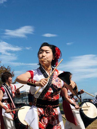 Percussionniste lors du festival d'ouverture de la coupe du monde de voile à Enoshima, près de Tokyo, Japon