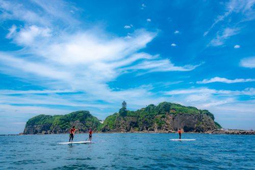 Amateurs de stand up paddle à Enoshima, près de Tokyo, Japon
