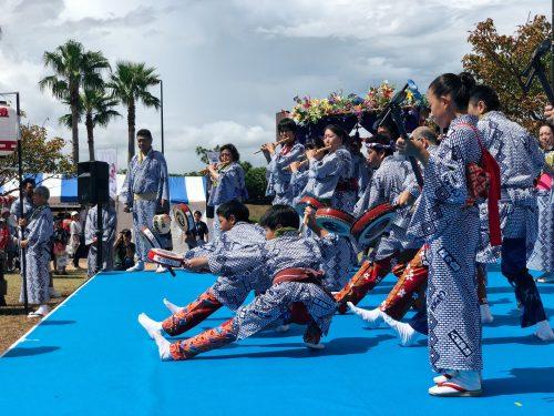 Performance de Bayashi lors du festival d'ouverture de la coupe du monde de voile à Enoshima, près de Tokyo, Japon