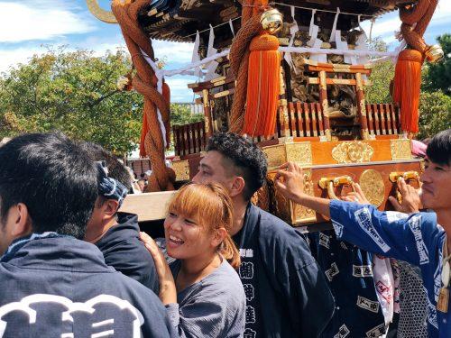 Rituel autour du mikoshi lors du festival d'ouverture de la coupe du monde de voile à Enoshima, près de Tokyo, Japon