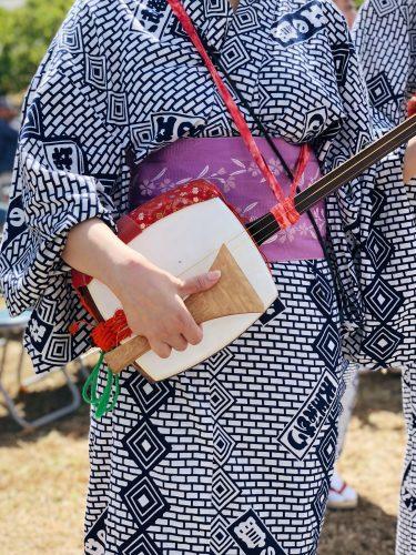 Joueuse de luth shamisen lors du festival d'ouverture de la coupe du monde de voile à Enoshima, près de Tokyo, Japon