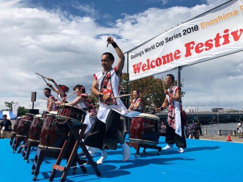Musiciens lors du festival d'ouverture de la coupe du monde de voile à Enoshima, près de Tokyo, Japon