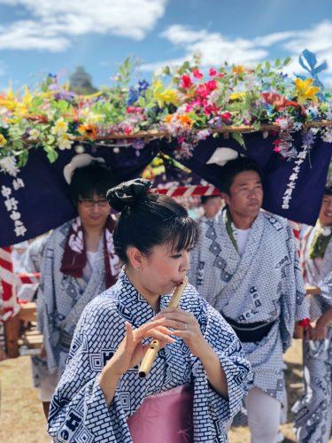 Joueuse de flute Bayashi lors du festival d'ouverture de la coupe du monde de voile à Enoshima, près de Tokyo, Japon