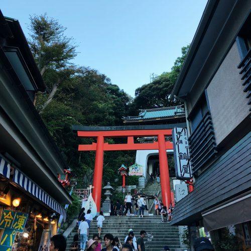 Entrée d'un temple à Enoshima, près de Tokyo, Japon