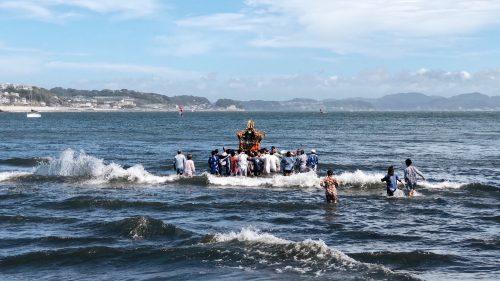 Rituel du mikoshi lors du festival d'ouverture de la coupe du monde de voile à Enoshima, près de Tokyo, Japon