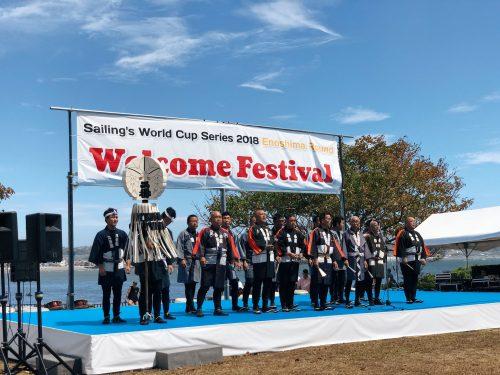 Performance de Kiyari lors du festival d'ouverture de la coupe du monde de voile à Enoshima, près de Tokyo, Japon