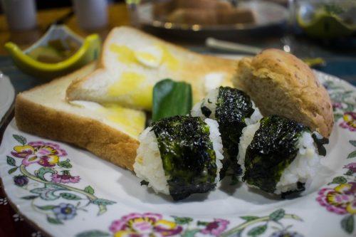 Petit-déjeuner japonais dans une ferme près de la ville d'Usuki, préfecture d'Oita, Japon