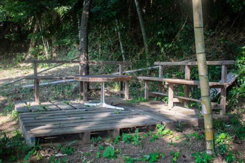 Terrasse près de la forêt dans une ferme près de la ville d'Usuki, préfecture d'Oita, Japon