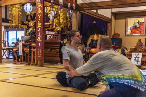 Introduction à la méditation ou zazen au temple Zensho-ji, préfecture de Gifu, Japon