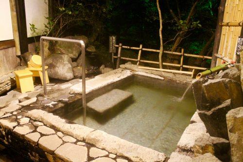 Onsen privatif au Ryokan Sanso-Tensui à Amagase Onsen dans la préfecture d'Oita, Kyushu, Japon
