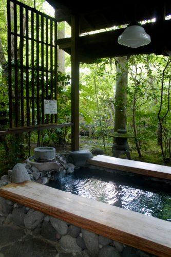 Bain de pied au Ryokan Sanso-Tensui à Amagase Onsen dans la préfecture d'Oita, Kyushu, Japon