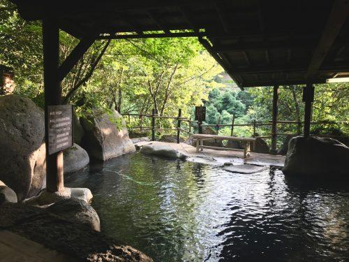 Rotenburo au Ryokan Sanso-Tensui à Amagase Onsen dans la préfecture d'Oita, Kyushu, Japon