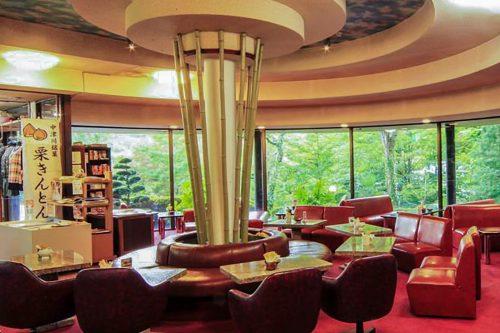 Le lounge lumineux de l'auberge Iwasu-so à Nakatsugawa, préfecture de Gifu, Japon