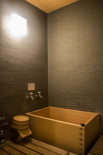 Salle de bain dans le ryokanTanokura à Yufuin, préfecture d'Oita, Japon