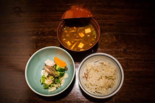 Riz, légumes et soupe miso au restaurant Yunotake-an à Yufuin, préfecture d'Oita, Japon