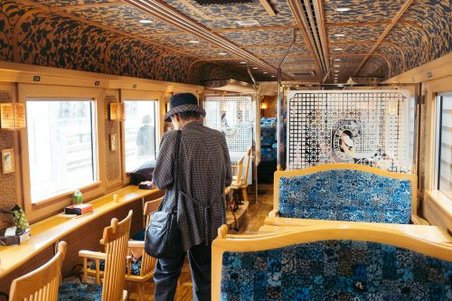 À l'intérieur du train Kawasemi Yamasemi, préfecture de Kumamoto, Kyushu, Japon
