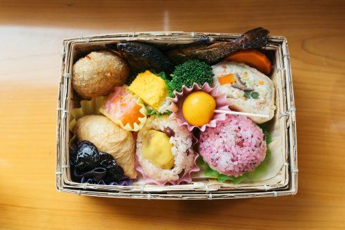 Bento à déguster à bord du train Kawasemi Yamasemi, préfecture de Kumamoto, Kyushu, Japon
