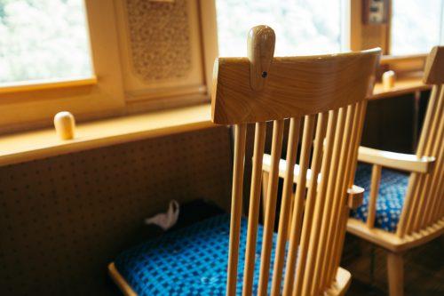 Chaises en bois face à la vue À l'intérieur du train Kawasemi Yamasemi, préfecture de Kumamoto, Kyushu, Japon