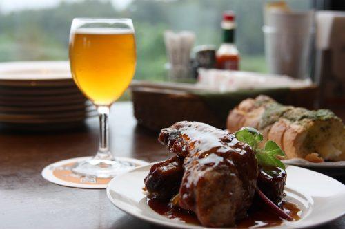Bières artisanales et ribs de porc au restaurant Bierhof Gambarius au pied du Mt Daisen, préfecture de Tottori, Japon