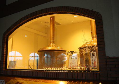 Cuves de bières apparentes au restaurant Bierhof Gambarius au pied du Mt Daisen, préfecture de Tottori, Japon