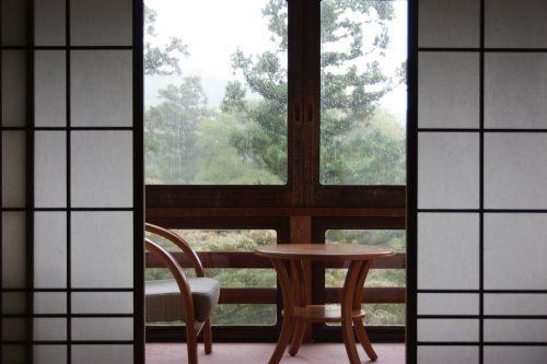 Vue depuis l'une des chambres du shukubo Sanrakuso au pied du Mt Daisen, préfecture de Tottori, Japon