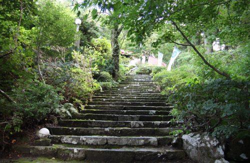 L'escalier menant au shukubo Sanrakuso au pied du Mt Daisen, préfecture de Tottori, Japon