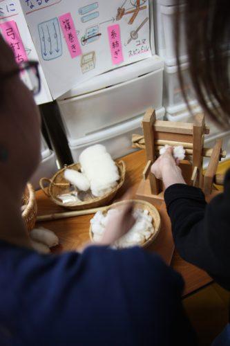 Séparer le coton de ses graines, première étape du Yumihama-gasuri, à Yonago, préfecture de Tottori, Japon
