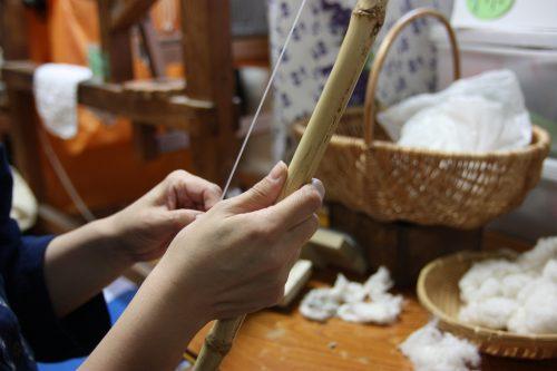 Lisser les fibres de coton avant de pouvoir fabriquer le Yumihama-gasuri, à Yonago, préfecture de Tottori, Japon