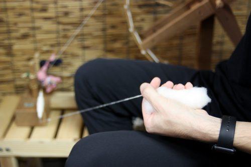 Filage du coton avant tissage de Yumihama-gasuri, à Yonago, préfecture de Tottori, Japon