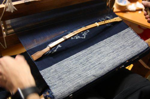 Tisser le Yumihama-gasuri, à Yonago, préfecture de Tottori, Japon