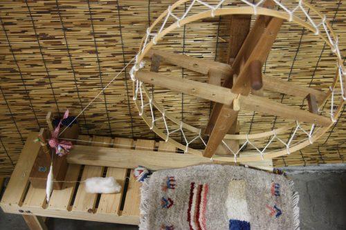 Rouet utilisé pour filer le coton avant de tisser le Yumihama-gasuri, à Yonago, préfecture de Tottori, Japon