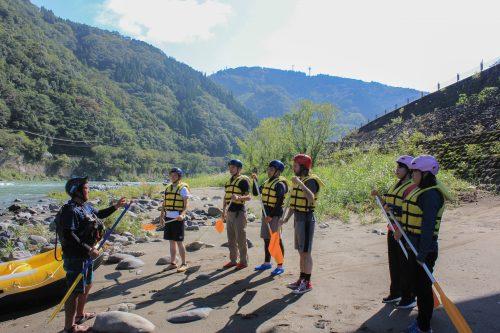 Consignes de sécurité avant de partir en Rafting sur le fleuve Kuma, dans la préfecture de Kumamoto, Kyushu, Japon