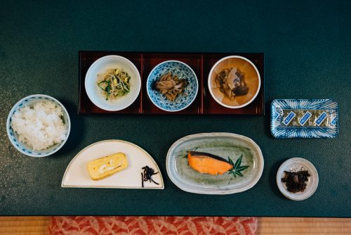 Petit-déjeuner japonais au ryokan Shikisai no Yado Kanoe à Iiyama, préfecture de Nagano, Japon