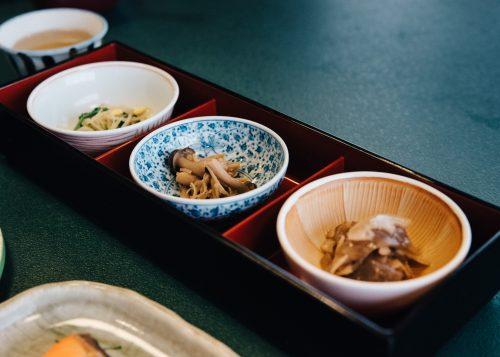 Légumes locaux et de saison au ryokan Shikisai no Yado Kanoe à Iiyama, préfecture de Nagano, Japon
