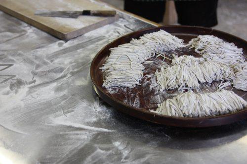 Préparation de nouilles soba dans la vallée d'Iya, préfecture de Tokushima, Shikoku, Japon