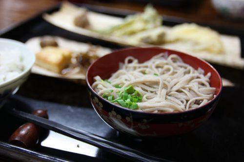 Dégustation de nouilles soba dans la vallée d'Iya, préfecture de Tokushima, Shikoku, Japon
