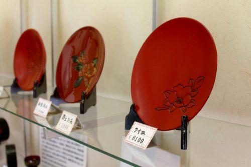 Assiettes en laque exposées au festival Machiya Byobu de Murakami, préfecture de Niigata, Japon