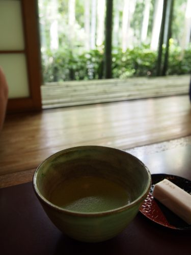Thé matcha et pâtisserie dans l'un des pavillons de la résidence Okochi Sanso, à Kyoto, Japon